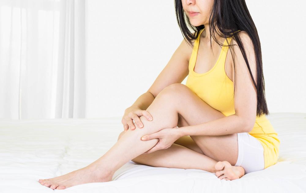 a lábakon lévő foltok szárazak és vörösek