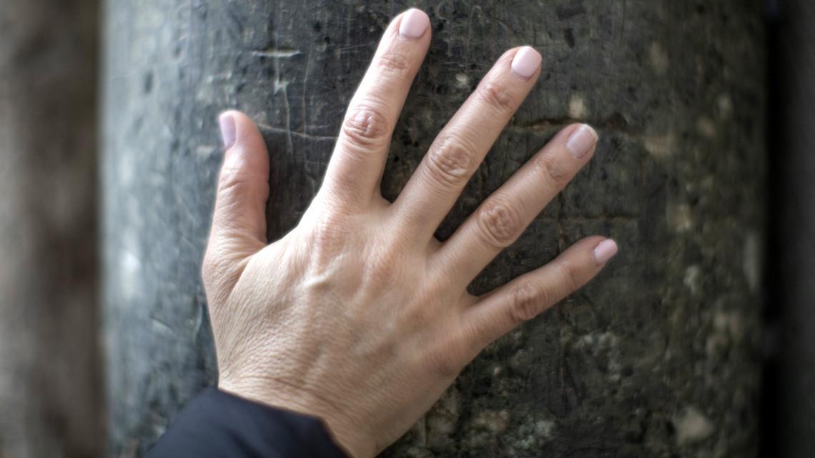 vörös duzzadt foltok az ujjakon
