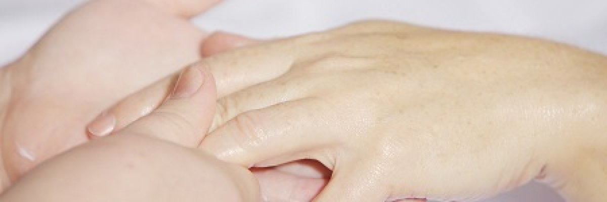 egy piros folt jelent meg a kézen, hogy fáj)